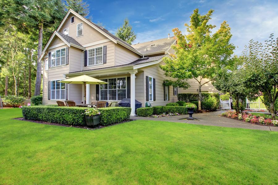 grande maison avec pelouse verdoyante